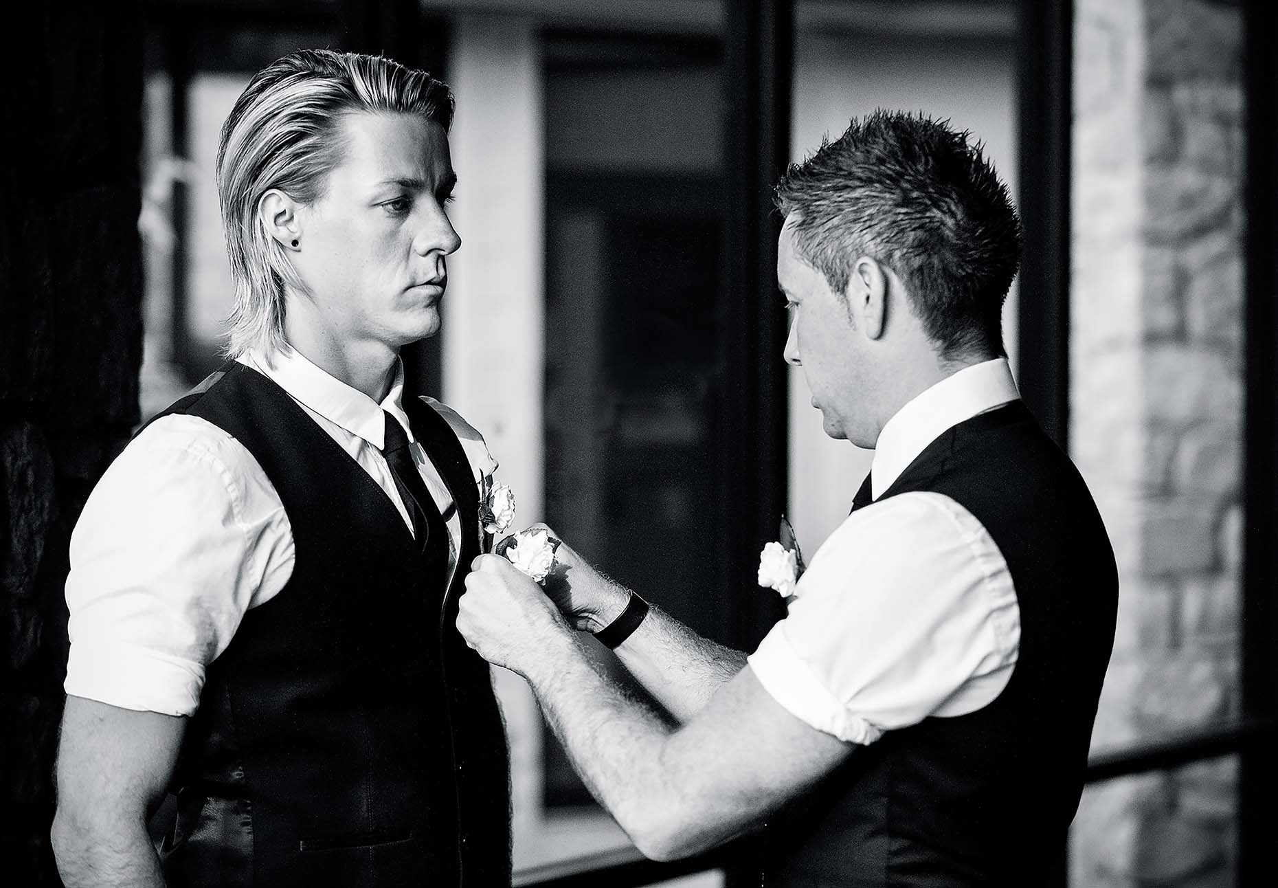 black-white-wedding-reportage-groom-and-best-man-button-holes-20