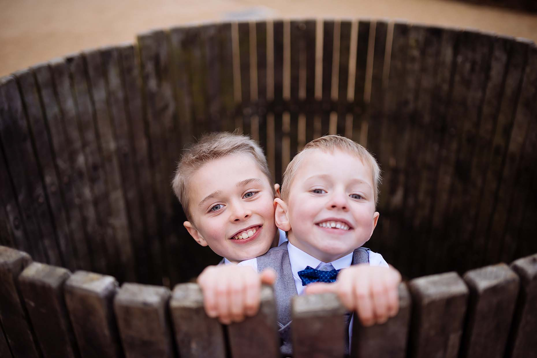 funny-wedding-pictures-two-children-in-barrel-reportage-11