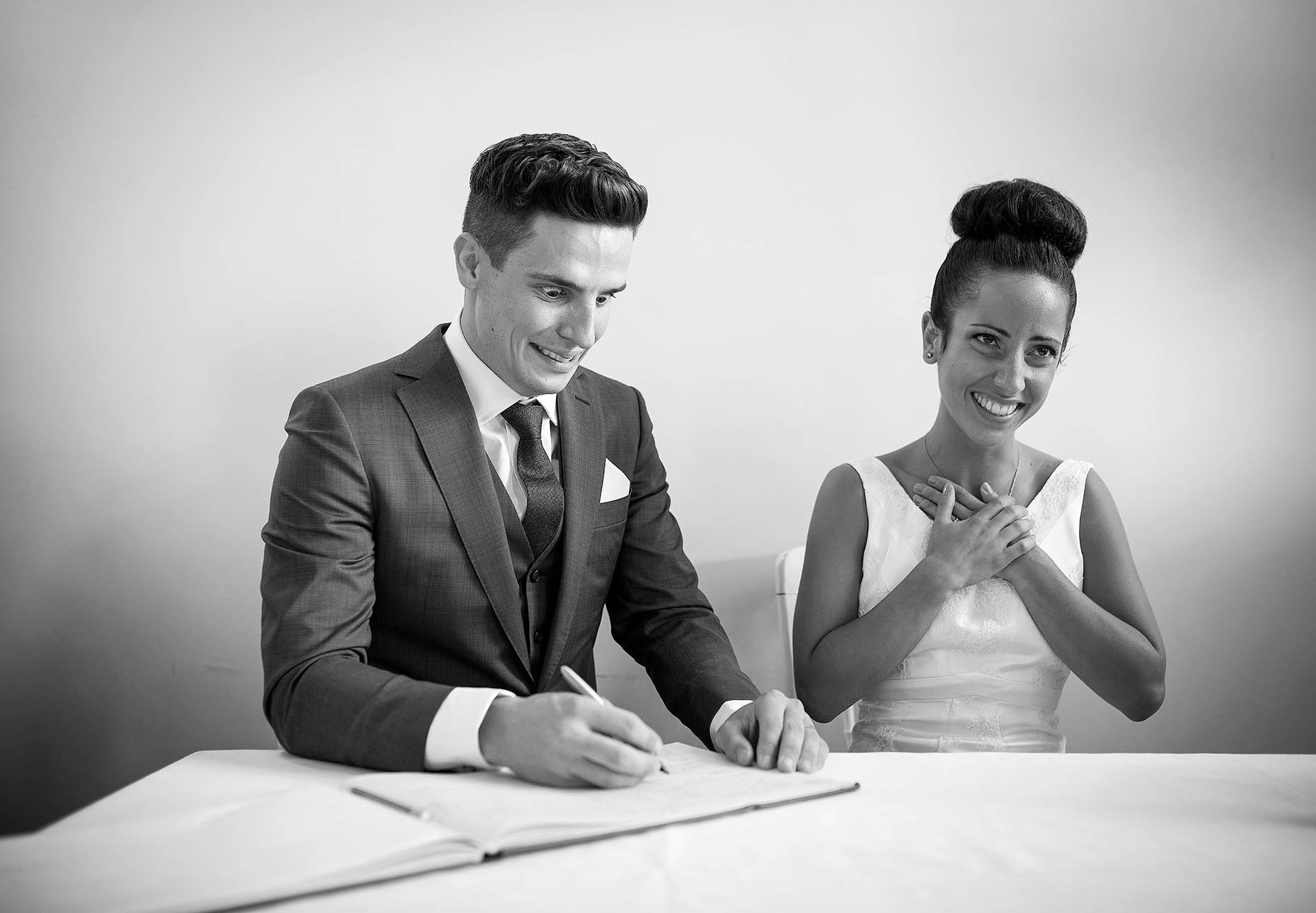 groom-signing-register-clissold-house-wedding-photographer-london-29