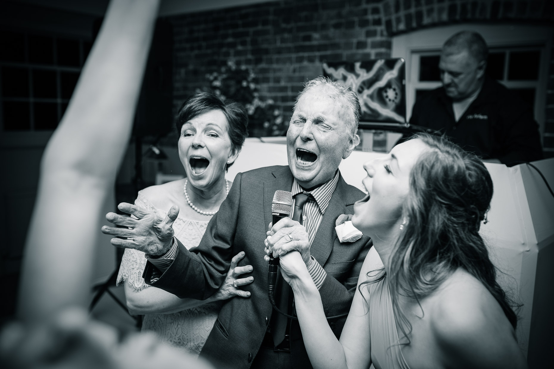 sopley-mill-christchurch-wedding-photography-male-singer-crooner-black-white-reportage-26