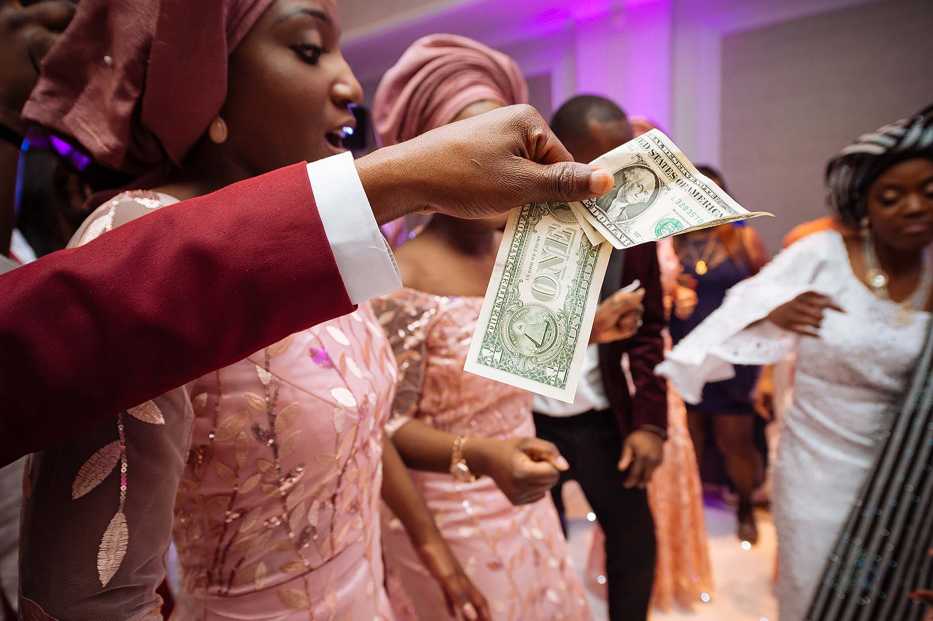 tradition-money-giving-african-wedding-nigerian-ceremony-37
